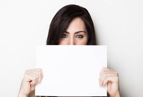 Фото девушка держит лист бумаги