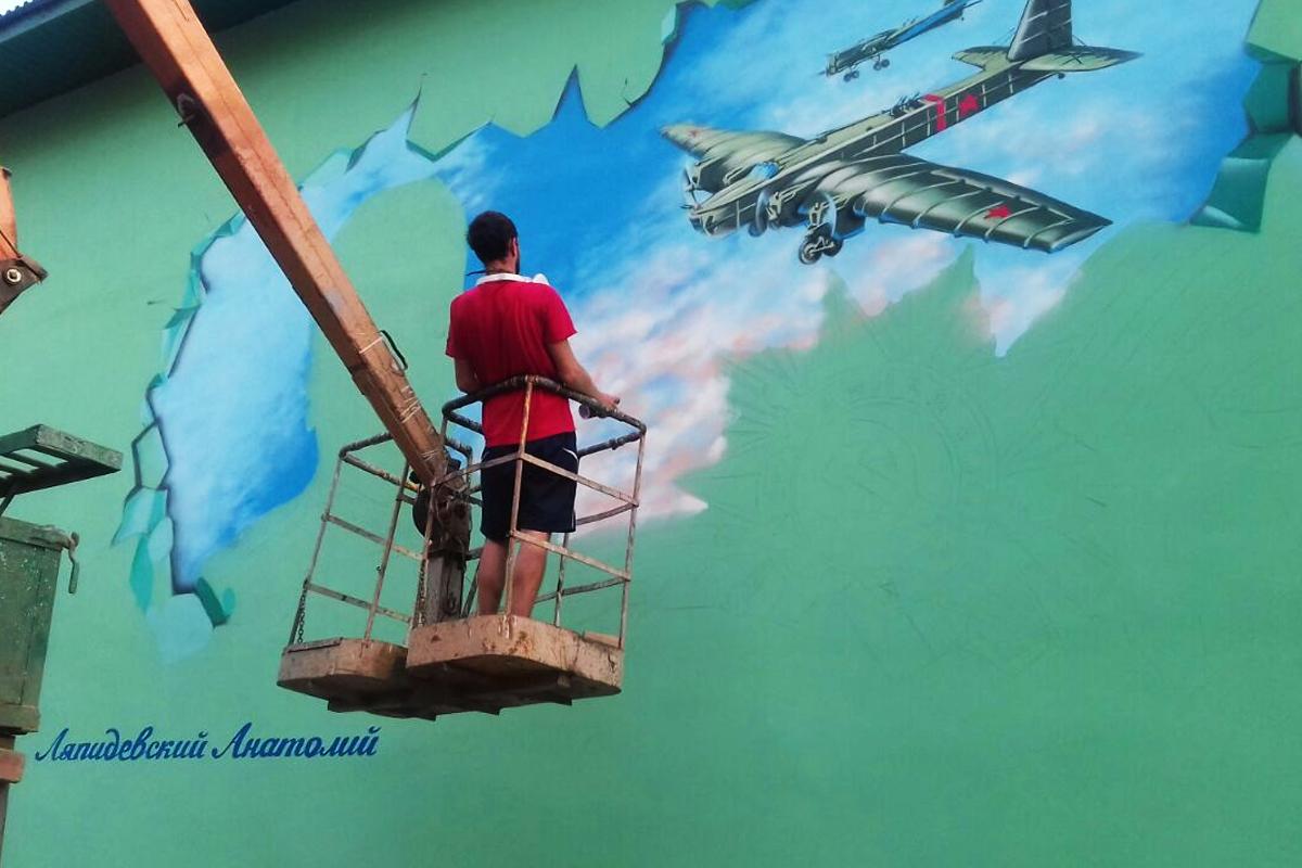 Молодые граффити-художники Кубани изображают назданиях героев войны