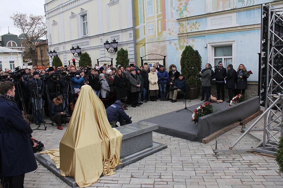 ВЮВАО состоялось праздничное открытие монумента «Фронтовая медсестра»