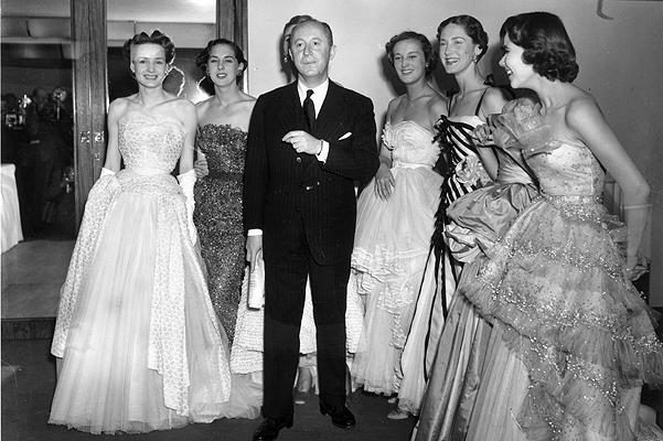 Картинки по запросу 1946 -Кристиан Диор открыл в Париже модный дом.