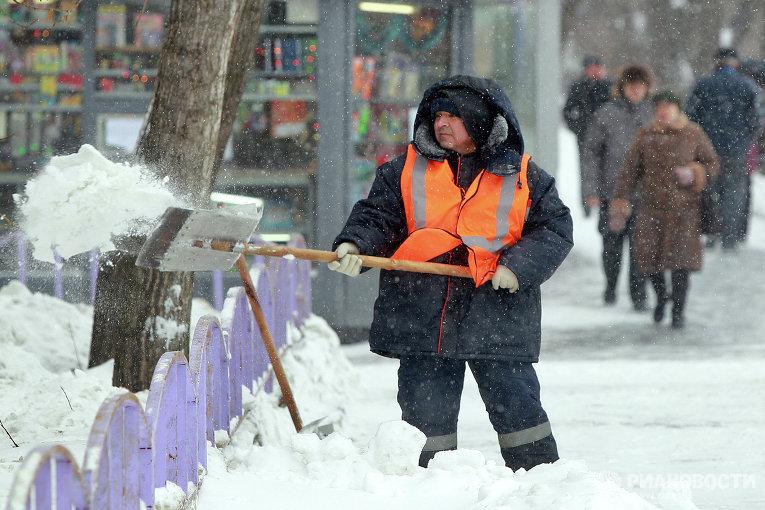 Неменее 160 дворников и200 спецмашин убирали центр Петербурга после новогодних гуляний